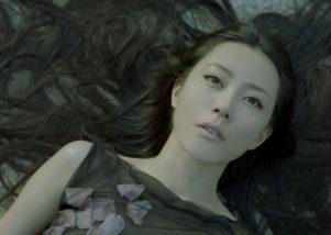 Kimura-Yoshino-wears-Alexander-McQueen-2007